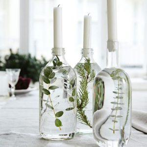bougie-dans-bouteilles-remplies-de-plantes-et-d'eau