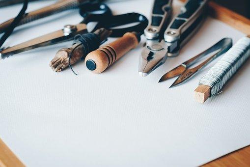 différentes-sortes-de-pinces-et-outils-sur-une feuille -de papier
