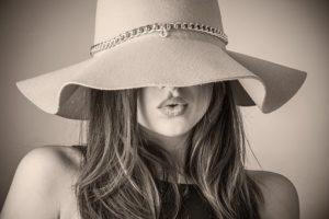 femme-avec-chapeau