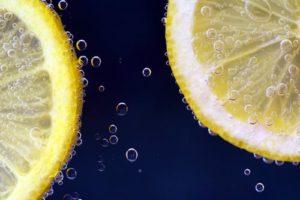 2-tranches-de-citron-dans-l'eau