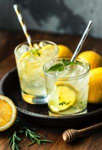 2-verres-avec-citron-menthe-glacons-et-paille