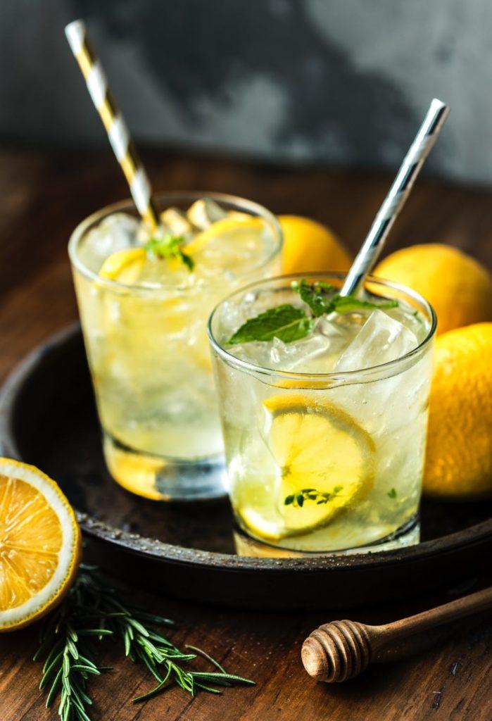 2-verres-avec-citron-menthe-glacons-et-paille-detoxifiante-pour-le-foie.