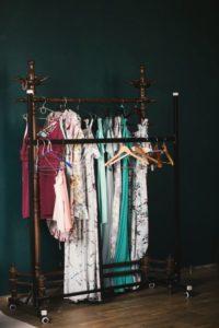 penderie-avec-différents-vêtements