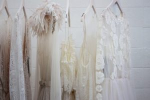robes-blanches-sur-cintres