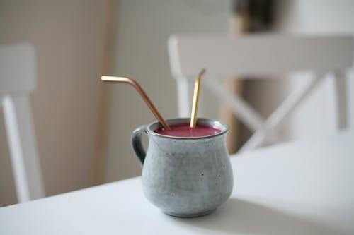 pailles-en-métal-dans-tasse