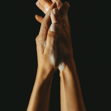 Mains abîmées: 5 huiles essentielles pour les apaiser.